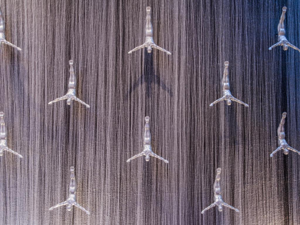 Figuren beim Dubai Mall Wasserfall