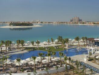 Außenanlage mit Pool vom Waldorf Astoria Dubai Palm Jumeirah