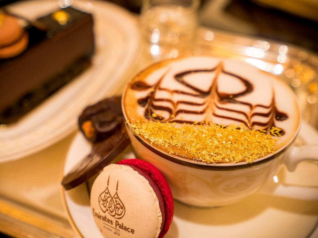 Teestunde mit einem Kaffee und Goldpuder