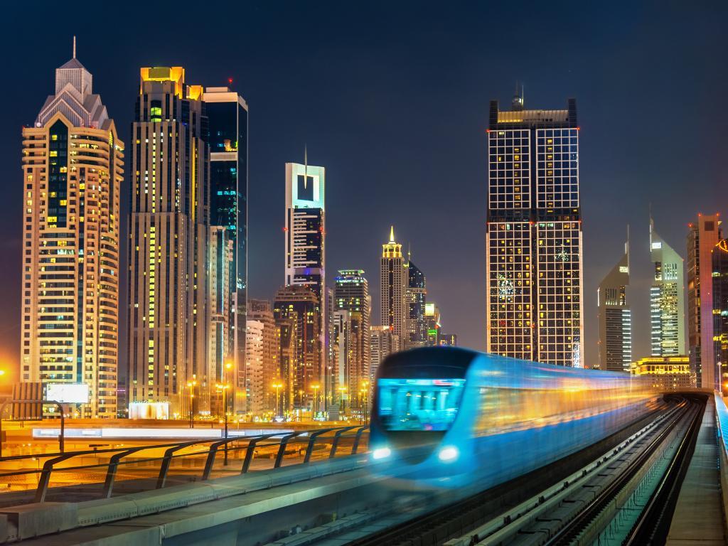 Dubai Metro Zug am Abend