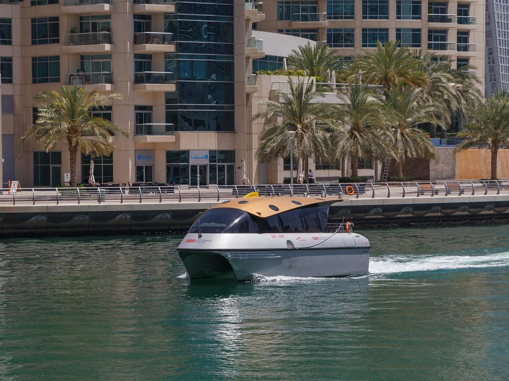Ein Dubai Water Taxi in der Marina