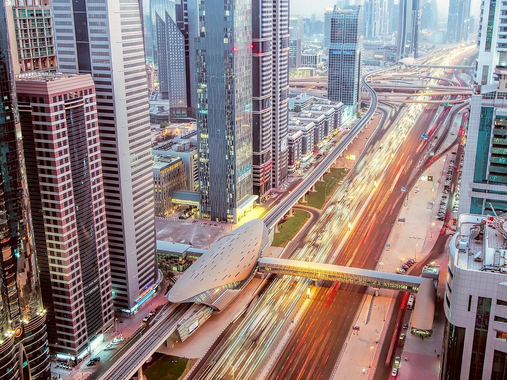 Die Autobahn in Dubai am Abend