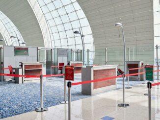 Ein Schalter von Emirates im Terminal 3