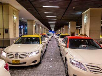 Ein Dubai Taxi vor einer Mall