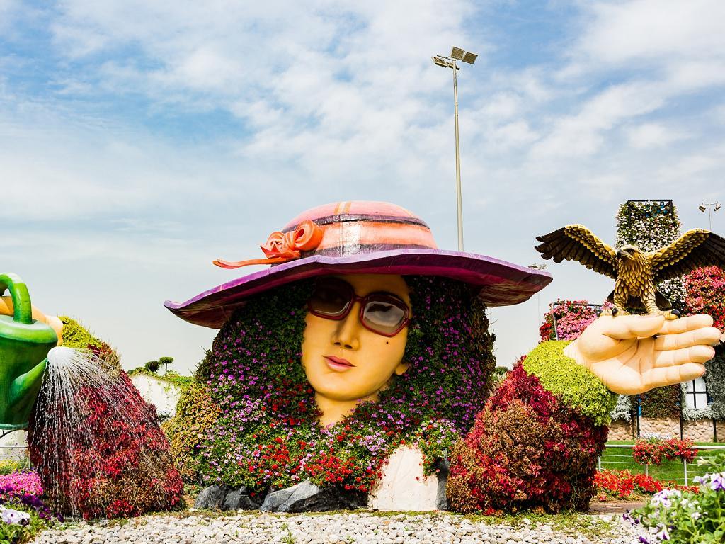 Eine Skulptur aus Blumen im Miracle Garden
