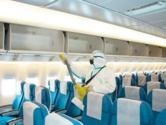 Eine Flugzeugkabine wird desinfiziert