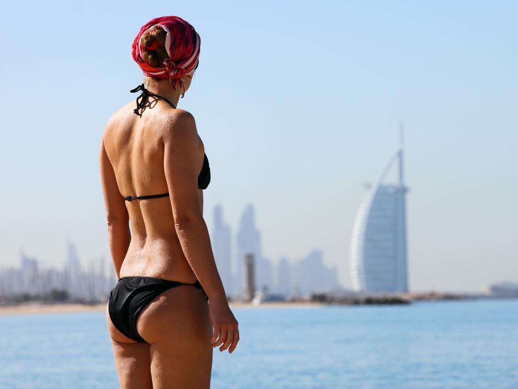 Eine Frau in Dubai im Bikini