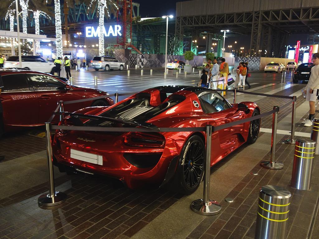 Ein teurer Porsche vor dem Haupteingang der Dubai Mall