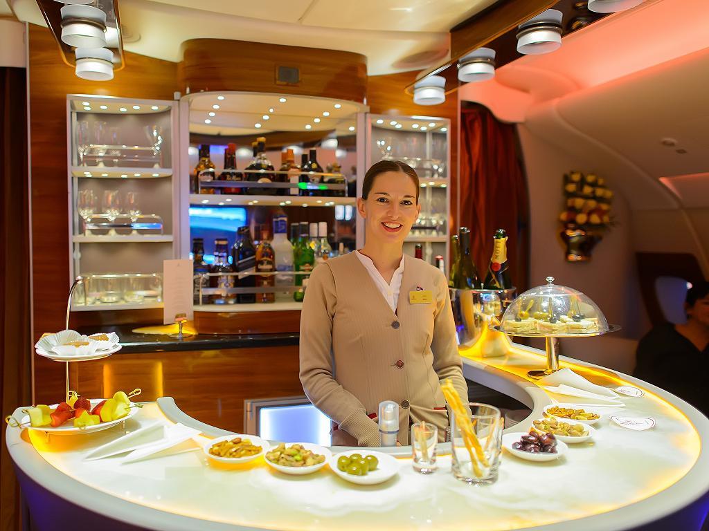 Eine Flugbegleiterin von Emirates